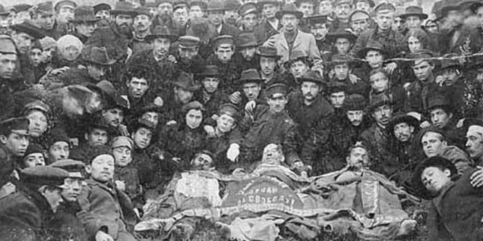 Members of the Jewish socialist organisation, the Bund, with comrades killed in 1905